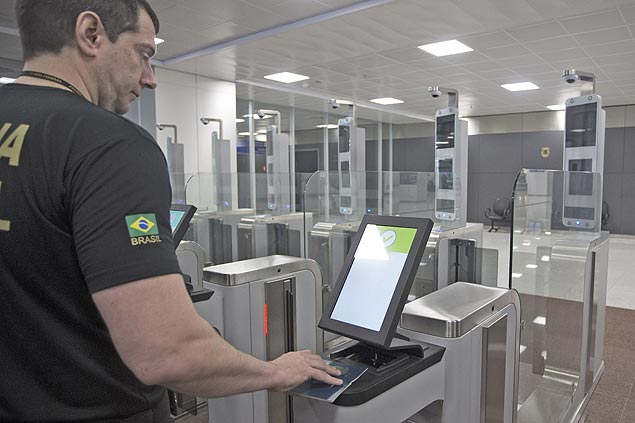 scanners-de-passaportes-no-aeroporto-de-guarulhos-sp